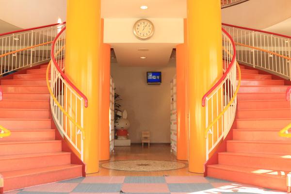 シンメトリーならせん階段が印象的なエントランスホール